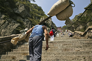 Porter, Stairway to Heaven, Tai Shan, Shandong province, Taishan, Mount Tai, World Heritage, China, Asia, UNESCO