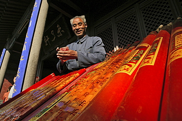Incense salesman in front of the temple at the Southern Gate to Heaven, Mount Tai, Shandong province, World Heritage, UNESCO, China