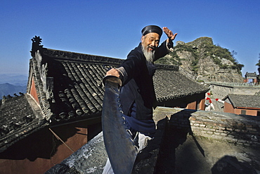 Taichi master, monk demonstrates a ritual sword fight, Tianzhu feng, monastery village, below the peak, Wudang Shan, Taoist mountain, Hubei province, Wudangshan, Mount Wudang, UNESCO world cultural heritage site, birthplace of Tai chi, China, Asia