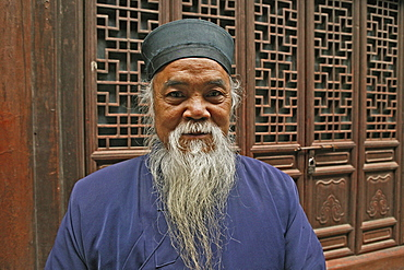 portrait of elderly bearded Taoist monk, Wudang Shan, Taoist mountain, Hubei province, Wudangshan, Mount Wudang, UNESCO world cultural heritage site, birthplace of Tai chi, China, Asia