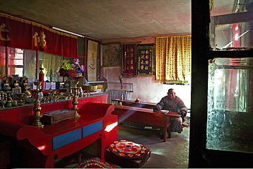 Monk waiting for lunch in the prayer room and dining room, Santa Temple, Mount Wutai, Wutai Shan, Five Terrace Mountain, Buddhist Centre, town of Taihuai, Shanxi province, China