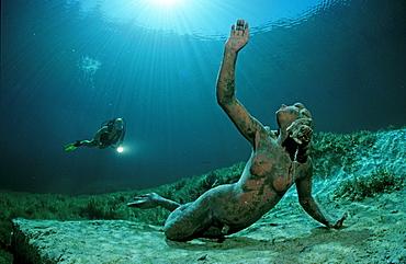Taucher im Gebirgssee und Koenig Ludwig Nixe, Deutschland, Bayern|Scuba diver in mountain lake, King Ludwig mermaid, Germany, Bavaria