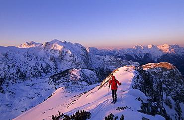 Backcountry skier at ridge of Grosser Weitschartenkopf with view to range of Reiteralm and Loferer Steinberge, Reiteralm range, Berchtesgaden, Upper Bavaria, Bavaria, Germany