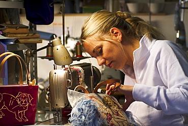 Kiki Haupt naeht eine Tasche, Herzogstr. 89, Schwabing, Muenchen, Muenchen, Deutschland, Shopping