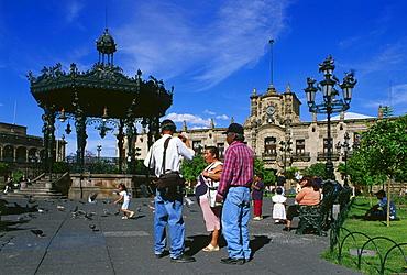 Tourists at the barock palace, Palacio de Gobierno at Plaza de Armas Guadalajara, Mexiko