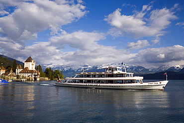 Excursion boat leaving Oberhofen with Castle Oberhofen, Lake Thun, Oberhofen, Bernese Oberland (highlands), Canton of Bern, Switzerland