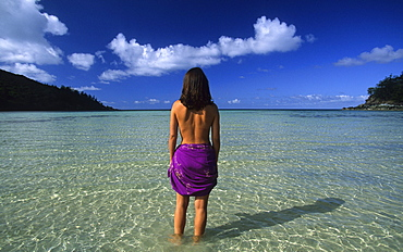 Woman standing in water on the beach, Dinghy Bay auf Brampton Island, Whitsunday Islands, Great Barrier Reef, Australia
