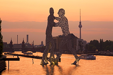 Berlin Treptow, Monecular Men, sculpture, river spree Alex TV