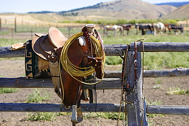 saddle on paddock fence, wildwest, Oregon, USA