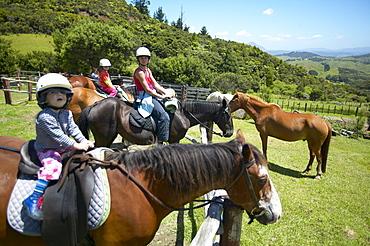 Tour on horseback, family, Okopako Lodge, near Opononi, at Hokianga Harbour, Northland, North Island, New Zealand