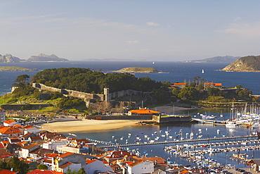 Baiona bay with harbour and fort, Fortaleza de Bayona, Islas Cies, RÃŒa de Vigo, RÃŒas Bajas, Baiona, Bayona, Galicia, Spain