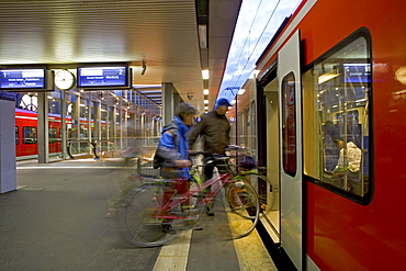 taking bicycles onto a regional train, public transport, mobile and independent, Hanover, Lower Saxony, Germany, MR