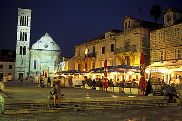 People sitting in pavement cafes, Old Town, Sveti Stjepana cathedral in background, Hvar, Hvar island, Dalmatia, Croatia