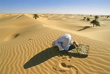 Praying Berber People, Grand Erg Occidental, Sahara, Algeria, Africa