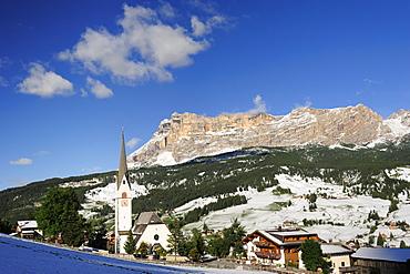 Church in Stern, La Villa, Heiligkreuzkofel in the background, Val Badia, Dolomites, UNESCO World Heritage Site, South Tyrol, Italy