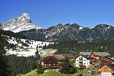 Farmhouses beneath Peitlerkofel, Val Badia, Dolomites, UNESCO World Heritage Site, South Tyrol, Italy