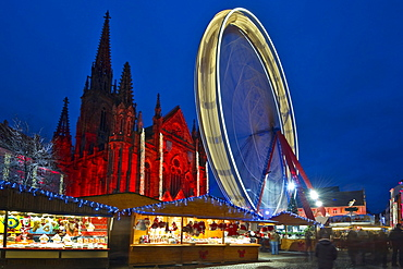 Illuminated big wheel, Christmas market and historic quarter, Temple Saint-Etienne in the background, Mulhouse, Alsace, France