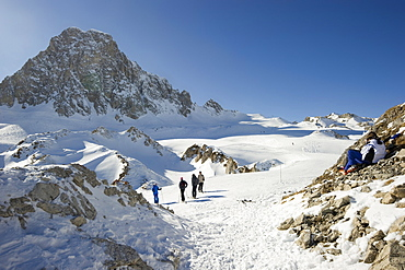 Skiers, Snow-capped mountains, Tignes, Val d Isere, Savoie department, Rhone-Alpes, France