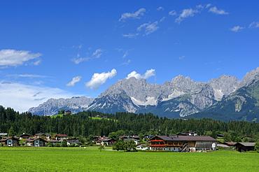 The village Oberndorf with the mount Wilder Kaiser mountains, Oberndorf, Kaiser Mountain Range, Tyrol, Austria