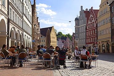 Street cafe and historic houses along Altstadtgasse, Landshut, Lower Bavaria, Bavaria, Germany, Europe