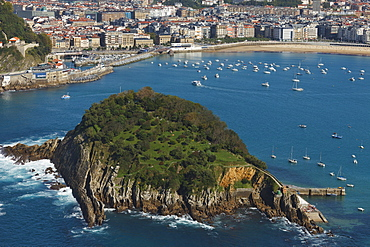 View from Monte Igeldo onto a bay with island, Playa de la Concha, Isla de Santa Clara, Bahia de la Concha, San Sebastian, Donostia, Camino de la Costa, Camino del Norte, coastal route, Way of St. James, Camino de Santiago, pilgrims way, Guipuzcoa, Baskenland, Euskadi, Nordspanien, Spanien, Europa
