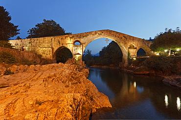 Puente Romano, bridge, Romanesque, Rio Sella, river, Cangas de Onis, province of Asturias, Principality of Asturias, Northern Spain, Spain, Europe