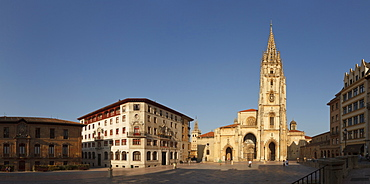 Palacio de Valdecarzana-Heredia, palace, 17th and 18th century, Catedral de San Salvador, cathedral, gothic, Oviedo, Camino Primitivo, Camino de Santiago, Way of Saint James, pilgrims way, province of Asturias, Principality of Asturias, Northern Spain, Spain, Europe