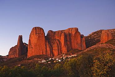 Los Mallos de Riglos, rock formations, mountains, Riglos, village, provinz of Huesca, Aragon, Northern Spain, Spain, Europe