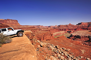 Jeep standing at brim above Colorado River, White Rim Drive, White Rim Trail, Island in the Sky, Canyonlands National Park, Moab, Utah, Southwest, USA, America