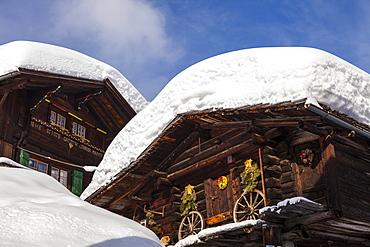 Deep Winter at Muerren, Chalets and houses covered with masses of snow, Muerren-Schilthorn skiing area, Lauterbrunnental, Jungfrauregion, Bernese Oberland, Canton Bern, Switzerland, Europe