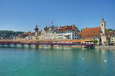 Reuss river with Chapel bridge, Lucerne, Lucerne, Switzerland, Europe