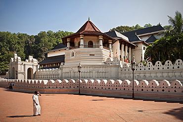 Local at tooth temple Sri Dalada Maligawa, UNESCO world herritage, kulturelles Dreieck, Kandy, Sri Lanka