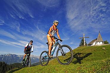 Mountain bikers at Kraftalm, Wilder Kaiser im Hintergrund, Hohe Salve, Kitzbuehel Horn, Kitzbuehel Alps, Tyrol, Austria