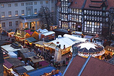 Christmas market on Burgplatz in the evening light, View from the town hall towards the cathedral, Henry the Lion, Brunswick, Lower Saxony, Germany