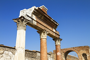 Corinthian columns at the temple of Jupiter, via del foro, historic town of Pompeii in the Gulf of Naples, Italy, Europe