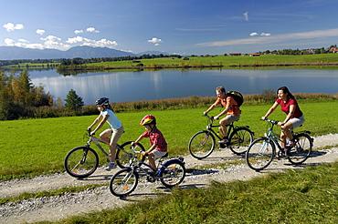 Family on a bike tour at lake Riegsee, near Murnau, Upper Bavaria, Bavaria, Deutschland