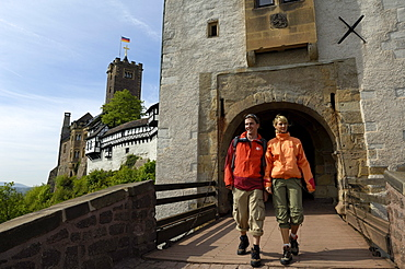 Couple at Wartburg castle entrance, Eisenach, Thuringian Forest, Thuringia, Germany
