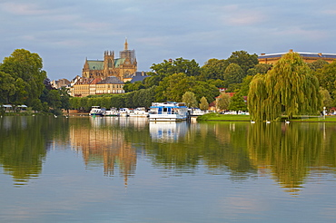 Port de Plaisance and Saint Etienne Cathedral, River Mosel, Metz, Moselle, Region Alsace Lorraine, France, Europe