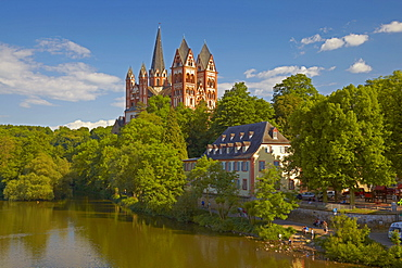 View from the Alte Lahnbruecke bridge across the river Lahn atowards Limburg Cathedral, St. Georgs Cathedral, Limburg, Westerwald, Hesse, Germany, Europe