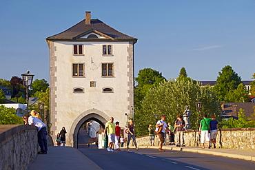 Alte Lahnbruecke bridge from 1315 with bridge superstructure, Limburg, Lahn, Westerwald, Hesse, Germany, Europe