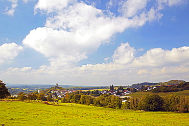 View of Hartenfels with the ruins of Hartenfels castle, locally known as Schmanddippe, butter churn, Westerwald, Rhineland-Palatinate, Germany, Europe