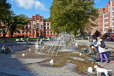 Fountain with University of Rostock in the background, Hanseatic town of Rostock, Mecklenburg Western Pommerania, Germany