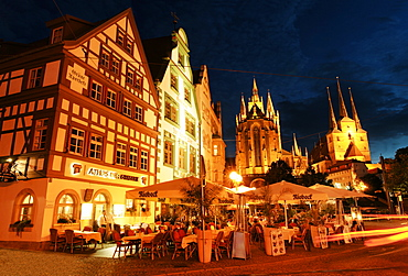 Restaurants at night with Erfurt Cathedral and Severi Church in the background, Cathedral Square, Erfurt, Thuringia, Germany