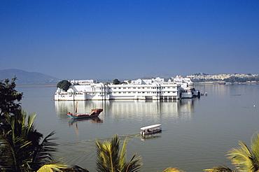 India, Rajasthan, Udaipur, Lake Pichola, Jag Niwas (Lake Palace).