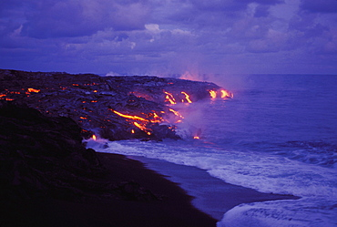 Hawaii, Big Island, Hawaii Volcanoes National Park, Lava action meeting sea