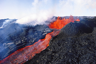Hawaii, Big Island, Hawaii Volcanoes National Park, Mauna Loa eruption, lava flowing, steam rising.