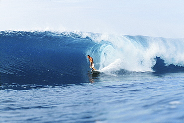 Hawaii, Oahu, North Shore, Backdoor Pipe, Pancho Sullivan riding wave