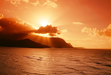 Hawaii, Kauai, Hanalei Bay, Bali Hai Point, red sunset, sunburst from behind clouds
