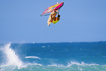 Hawaii, Maui, Ho'okipa, Ian Boyd off the lip, airborne