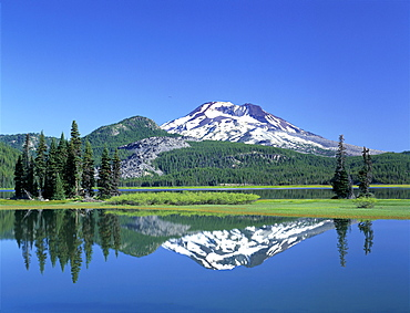 Oregon, Dechutes National Forest, Sparks Lake and South Sister with mountain reflections in lake A50D